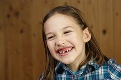 Sonrisa del niño, mostrando sus dientes de leche que falta fotos de archivo libres de regalías