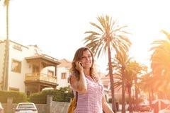 Sonrisa dentuda de la mujer caucásica mientras que camina Fotos de archivo