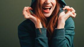 Sonrisa dentuda de la mujer joven de la elación feliz de la diversión imágenes de archivo libres de regalías
