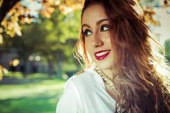 Sonrisa. Dressed modelo adolescente hermoso en Dres corto de moda Fotos de archivo libres de regalías