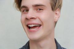 Sonrisa emocionada modelo del retrato del hombre joven del adolescente Imagen de archivo