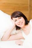 Sonrisa en cama imagenes de archivo
