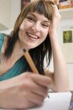 Sonrisa en el tabel de la cocina Fotografía de archivo