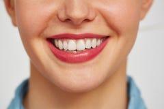Sonrisa encantadora de la mujer joven foto de archivo