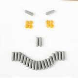 Sonrisa enojada hecha de muchas píldoras y cápsulas Concepto de la salud Imagen de archivo libre de regalías