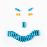 Sonrisa enojada hecha de muchas píldoras y cápsulas Concepto de la salud Fotografía de archivo