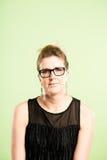 Alto fondo del verde de la definición de la mujer de la gente real divertida del retrato foto de archivo libre de regalías