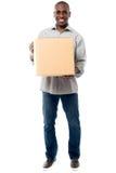 Sonrisa envejecida sosteniendo la caja del cartón Imagen de archivo libre de regalías