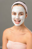 Sonrisa facial de la máscara de la mujer joven del cuidado del cuerpo fotos de archivo libres de regalías