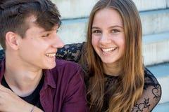 Sonrisa feliz adolescente de los pares Imagenes de archivo