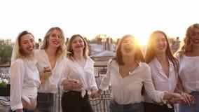 Sonrisa feliz afuera en una terraza del balcón Edificio, fondo del paisaje de la ciudad que salta junto en la cámara lenta tenien almacen de metraje de vídeo