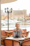 Sonrisa feliz alegre bastante femenina en restaurante en fondo de lujo del puerto deportivo Imagen de archivo libre de regalías