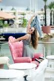 Sonrisa feliz alegre hermosa bastante femenina en restaurante en fondo de lujo del puerto deportivo Imagen de archivo