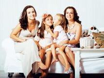 Sonrisa feliz bastante moderna de la familia de los jóvenes en casa, peop de la forma de vida Foto de archivo libre de regalías