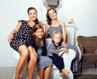 Sonrisa feliz bastante moderna de la familia de los jóvenes en casa, peop de la forma de vida Imagen de archivo libre de regalías