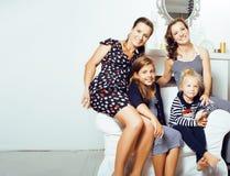 Sonrisa feliz bastante moderna de la familia de los jóvenes en casa, peop de la forma de vida Imagenes de archivo