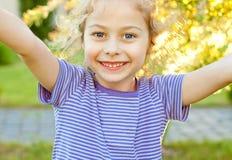 Sonrisa feliz cinco años de la muchacha caucásica del niño Imagen de archivo libre de regalías