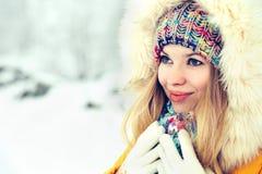 Sonrisa feliz de la cara de la mujer del invierno Fotos de archivo