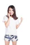 Sonrisa feliz de la chica joven con la camiseta blanca Fotos de archivo libres de regalías
