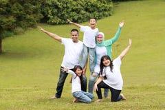 Sonrisa feliz de la forma de la familia Fotos de archivo