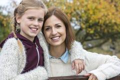 Sonrisa feliz de la hija de la madre de la mujer y de la muchacha fotografía de archivo libre de regalías
