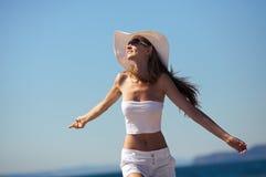 Sonrisa feliz de la mujer alegre en la playa Fotos de archivo