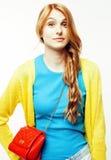 Sonrisa feliz de la mujer bastante larga del pelo de los jóvenes aislada en el fondo blanco, bolso minúsculo lindo de la moda que Fotografía de archivo