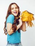 Sonrisa feliz de la mujer bastante larga del pelo de los jóvenes aislada en el fondo blanco, bolso minúsculo lindo de la moda que Imágenes de archivo libres de regalías