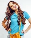 Sonrisa feliz de la mujer bastante larga del pelo de los jóvenes aislada en el fondo blanco, bolso minúsculo lindo de la moda que Imagen de archivo libre de regalías