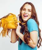 Sonrisa feliz de la mujer bastante larga del pelo de los jóvenes aislada en el fondo blanco, bolso minúsculo lindo de la moda que Fotos de archivo