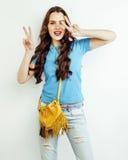 Sonrisa feliz de la mujer bastante larga del pelo de los jóvenes aislada en el fondo blanco, bolso minúsculo lindo de la moda que Fotos de archivo libres de regalías