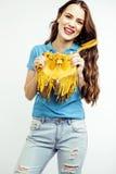 Sonrisa feliz de la mujer bastante larga del pelo de los jóvenes aislada en el fondo blanco, bolso minúsculo lindo que lleva, gen Foto de archivo libre de regalías