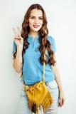 Sonrisa feliz de la mujer bastante larga del pelo de los jóvenes aislada en el fondo blanco, bolso minúsculo lindo que lleva, gen Imágenes de archivo libres de regalías