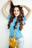 Sonrisa feliz de la mujer bastante larga del pelo de los jóvenes aislada en el fondo blanco, bolso minúsculo lindo que lleva, gen Fotos de archivo libres de regalías