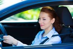 Sonrisa feliz de la mujer del conductor de coche Foto de archivo
