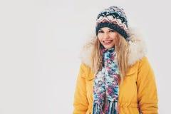 Sonrisa feliz de la mujer del invierno al aire libre Foto de archivo