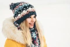 Sonrisa feliz de la mujer del invierno al aire libre Imágenes de archivo libres de regalías