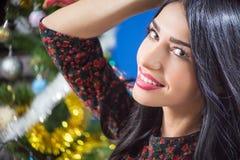 Sonrisa feliz de la mujer encantadora en la Navidad borrosa Imagenes de archivo