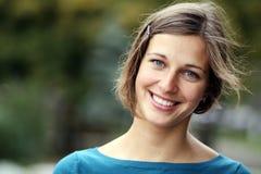 Sonrisa feliz de la mujer joven Imagenes de archivo