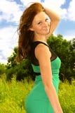 Sonrisa feliz de la mujer joven en alineada del verano Imagen de archivo libre de regalías