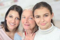 Sonrisa feliz de las generaciones de la familia tres Foto de archivo