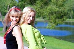 Sonrisa feliz de los amigos de las mujeres jovenes Imagenes de archivo