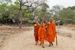 Sonrisa feliz de los monjes en la selva de Camboya del ocaso Fotos de archivo