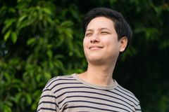 Sonrisa feliz del hombre asiático del retrato fotografía de archivo