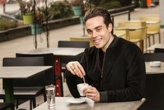 Sonrisa feliz del hombre joven, mirando la cámara, taza de café Fotos de archivo