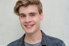 Sonrisa feliz del modelo del retrato del hombre joven del adolescente Fotografía de archivo