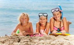 Sonrisa feliz del muchacho y de las muchachas en la playa Fotos de archivo libres de regalías