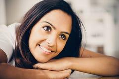 Sonrisa feliz del retrato indio hermoso de la mujer Imagen de archivo