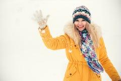 Sonrisa feliz del sombrero y de la bufanda de la mujer que lleva joven Fotografía de archivo