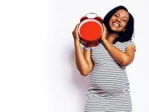 Sonrisa feliz embarazada de la mujer afroamericana bonita joven, posi Fotos de archivo